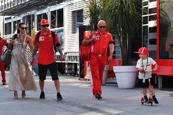 Kimi Raikkonen, Ferrari, con la moglie Minttu Virtanen, il figlio Robin Raikkonen e il preparatore Mark Arnall