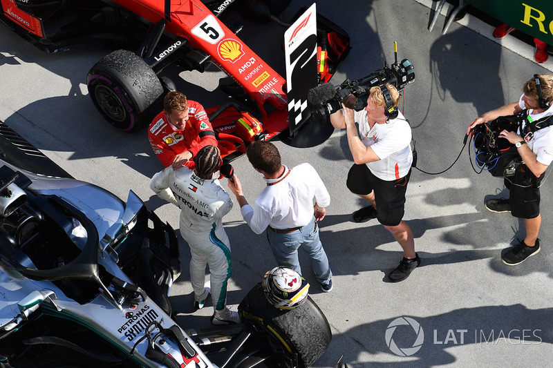 Yarış galibi Lewis Hamilton, Mercedes-AMG F1, Parc ferme ve Sebastian Vettel, Ferrari
