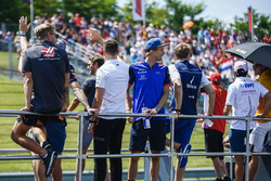 Brendon Hartley, Toro Rosso on the drivers parade with other drivers