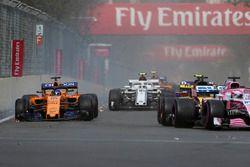 Fernando Alonso, McLaren MCL33, victime d'une crevaison au premier tour
