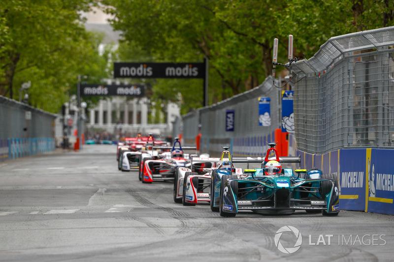 Oliver Turvey, NIO Formula E Team, leadsJose Maria Lopez, Dragon Racing, Felix Rosenqvist, Mahindra Racing