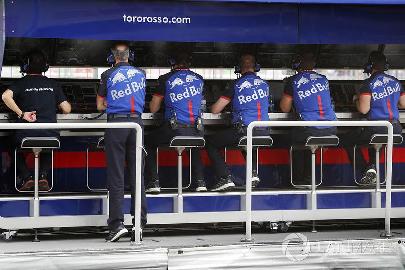 Toro Rosso and Honda ingenieros en la pared de pits