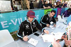Nicolas Prost, Renault e.Dams, Sébastien Buemi, Renault e.Dams, signent des autographes