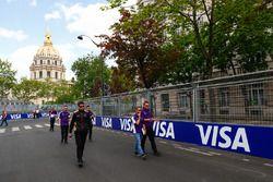 Sam Bird, DS Virgin Racing, fait le tour du circuit à pied