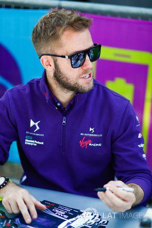 Sam Bird, DS Virgin Racing, à la séance d'autographes