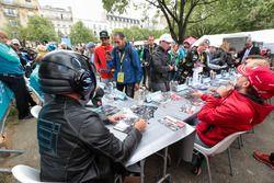 Le 'EJ' de Formule E signe des autographes