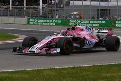 Esteban Ocon, Force India VJM11 salue la foule à l'arrivée