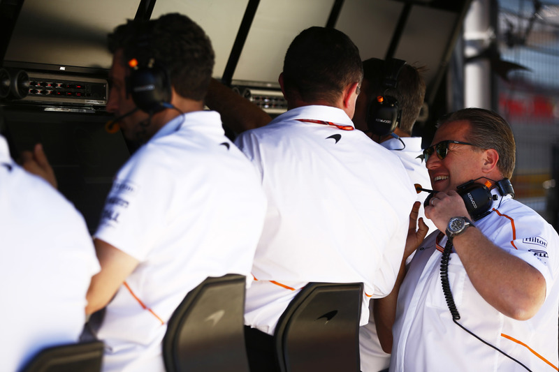 Eric Boullier, Racing Director, McLaren, habla con Zak Brown, Executive Director, McLaren Technology Group