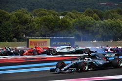 Lewis Hamilton, Mercedes-AMG F1 W09 lidera al comienzo de la carrera como Sebastian Vettel, Ferrari SF71H golpea Valtteri Bottas, Mercedes-AMG F1 W09