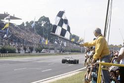 Juan Manuel Fangio zwaait de vlag voor Carlos Reutemann, Williams FW07C-Ford Cosworth