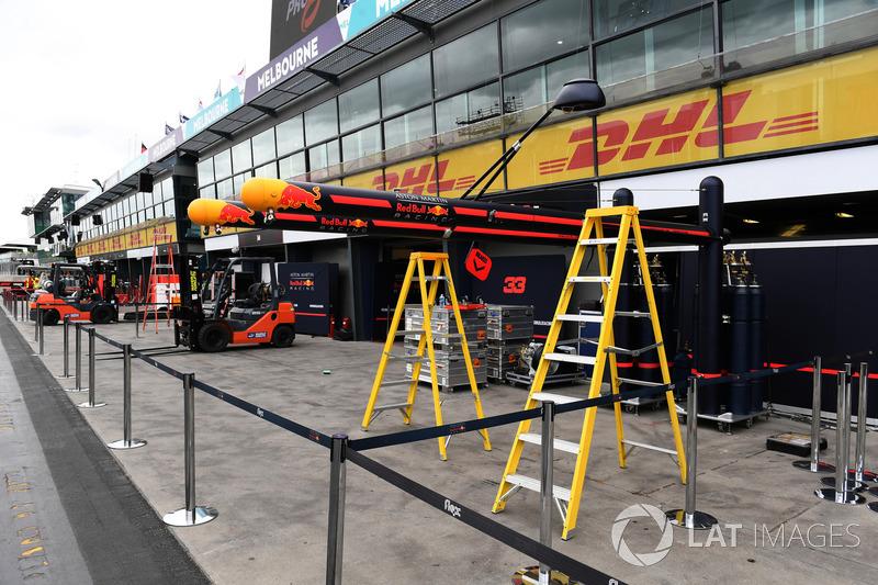 Red Bull Racing pit box hazırlıkları