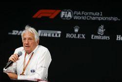 Charlie Whiting, director de carrera, FIA, habla durante la conferencia de prensa