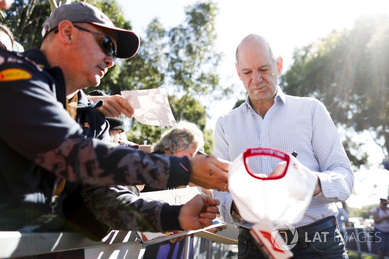 Технічний директор Red Bull Racing Едріан Ньюі роздає автографи