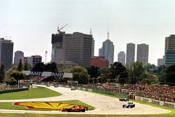 Jacques Villeneuve, Williams, devant Giancarlo Fisichella, Benetton et Johnny Herbert, Sauber