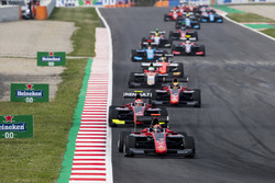 Nikita Mazepin, ART Grand Prix, voor Anthoine Hubert, ART Grand Prix, Callum Ilott, ART Grand Prix en de rest van het veld