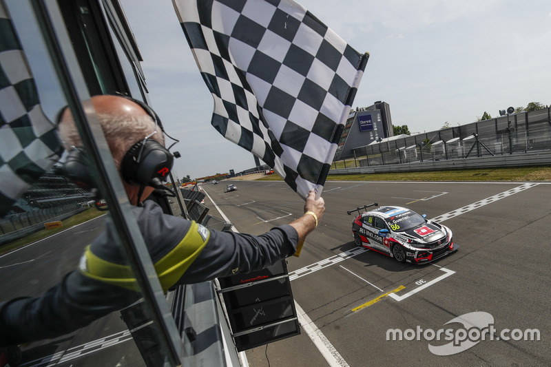 Il vincitore della gara Esteban Guerrieri, ALL-INKL.COM Münnich Motorsport Honda Civic Type R TCR