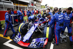 Engineers with the car of Pierre Gasly, Toro Rosso STR13, on the grid