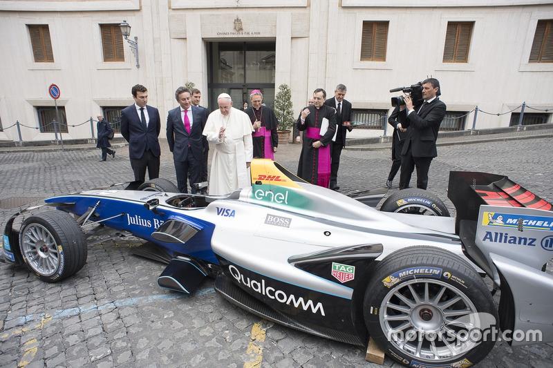 O Papa era João Paulo II. Nesta foto, o atual pontífice, Francisco, confere um carro de Fórmula E