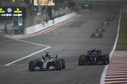 Lewis Hamilton, Mercedes AMG F1 W09, Pierre Gasly, Toro Rosso STR13 Honda