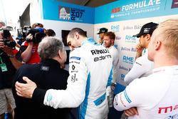 Sébastien Buemi, Renault e.Dams, greets Jean Todt, FIA President, in the Media pen