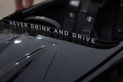 'Nunca bebas y conduzcas' logo en el Caparo T1