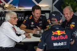 Bernie Ecclestone, in gesprek met Christian Horner, Red Bull Racing Team Principal, Max Verstappen,
