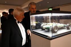 Херби Бланш и Гордон Мюррей изучают модель Lotus Джима Кларка