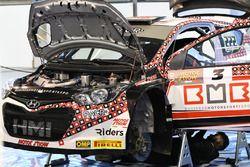 La Hyundai i20 WRC di Antonio Cairoli viene preparata nel paddock