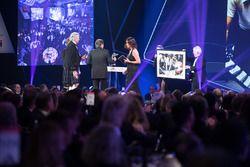 Nelson Piquet, Gregor Grant Ödülünü Gordon Murray'den alıyor