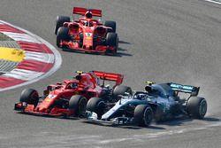 Kimi Raikkonen, Ferrari SF71H y Valtteri Bottas, Mercedes-AMG F1 W09 EQ Power+