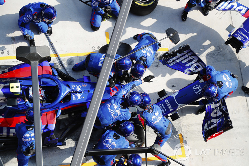 Pierre Gasly, Toro Rosso STR13 Honda, makes a pit stop for a new nose cone