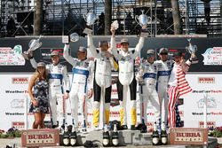 GTLM podium: tweede Ryan Briscoe, Richard Westbrook, Chip Ganassi Racing, winnaars Oliver Gavin, Tom