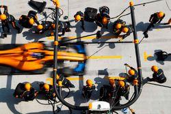 Fernando Alonso, McLaren MCL33 Renault, komt binnen voor een stop