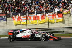 Romain Grosjean, Haas F1 Team VF-18 y Esteban Ocon, Force India VJM11 batalla