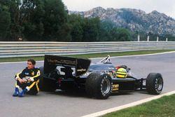 Ayrton Senna, Lotus 97T espera a ser recogido después de una falla en la práctica