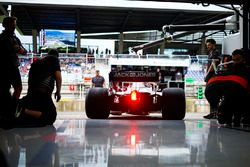 Des mécaniciens de Haas regardent Kevin Magnussen, Haas F1 Team VF-18 quitter le garage de l'équipe