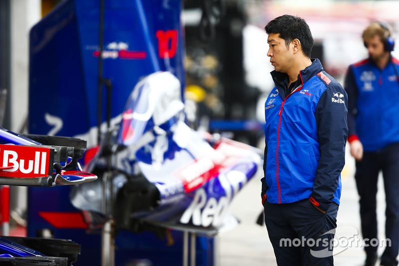 Personale Toro Rosso Honda fuori dal garage del team