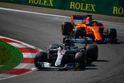 Lewis Hamilton, Mercedes AMG F1 W09, Fernando Alonso, McLaren MCL33