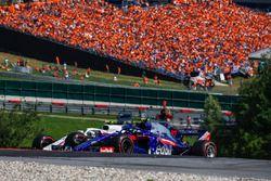 Pierre Gasly, Scuderia Toro Rosso STR13 en lutte avec Sergey Sirotkin, Williams FW41