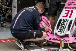 Les mécaniciens de Force India F1 travaillent sur l'aileron avant de la Force India VJM11