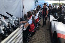 Membri del team Porsche al lavoro