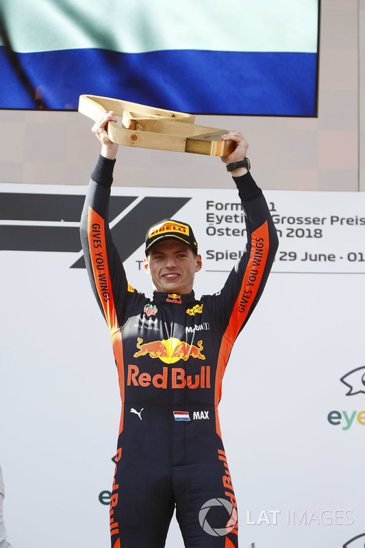 Sur le podium : Max Verstappen, Red Bull Racing, brandit son trophée