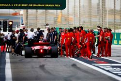 Kimi Raikkonen, Ferrari SF71H, e degli ingegneri Ferrari vicino all'uscita della pit lane