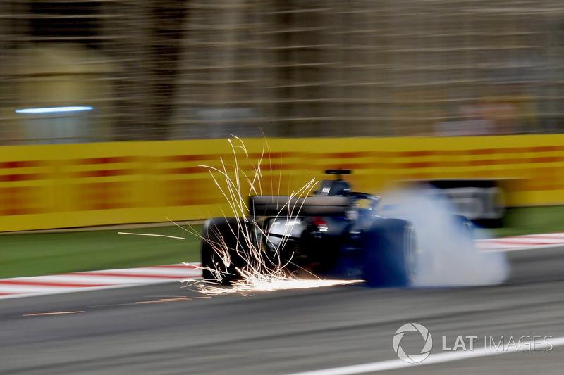 Lewis Hamilton, Mercedes-AMG F1 W09 locks up