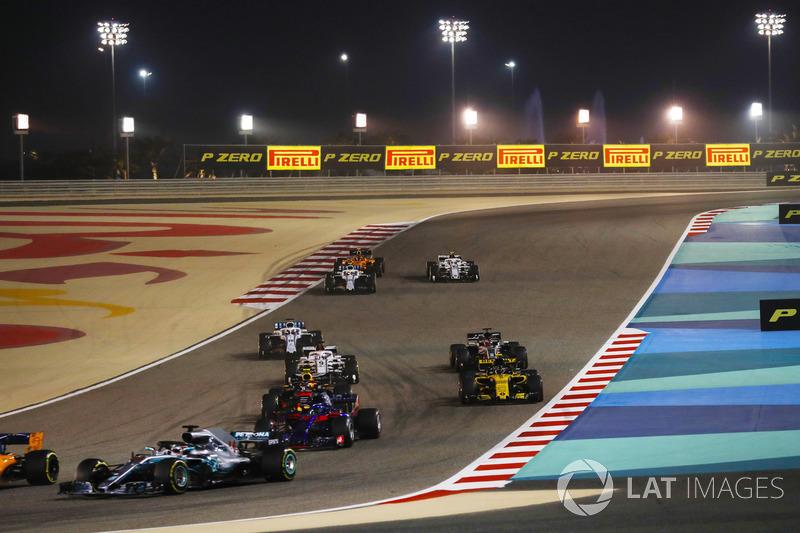 Lewis Hamilton, Mercedes AMG F1 W09, precede Brendon Hartley, Toro Rosso STR13 Honda, Max Verstappen, Red Bull Racing RB14 Tag Heuer, Carlos Sainz Jr., Renault Sport F1 Team R.S. 18, Marcus Ericsson, Sauber C37 Ferrari, e il resto del gruppo alla partenza