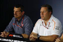 Guenther Steiner, Team Principal Haas F1 e Zak Brown, Direttore Esecutivo McLaren, nella conferenza stampa