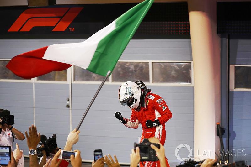 Sebastian Vettel, Ferrari, festeggia con il team dopo aver vinto la gara