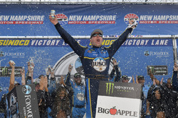 Race winner Kevin Harvick, Stewart-Haas Racing, Ford Fusion