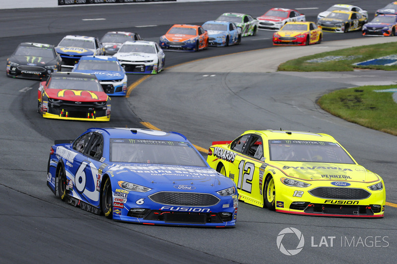 Ryan Blaney, Team Penske, Ford Fusion Menards/Sylvania and Matt Kenseth, Roush Fenway Racing, Ford Fusion Constantine Sealing Service