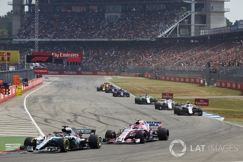 Lewis Hamilton, Mercedes AMG F1 W09, voor Esteban Ocon, Force India VJM11, en Sergey Sirotkin, Williams FW41